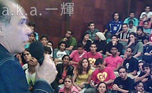 Erick assistindo à uma palestra no Chavesmania 2 (2005)