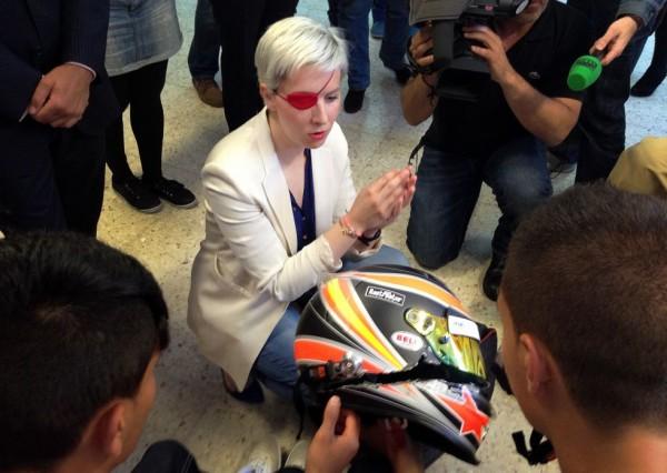 A julgar pelo estado do capacete, pode-se presumir que ela não ter morrido nesse acidente foi um baita milagre...!!